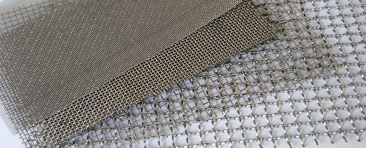 El tejido más simple y más común de todos, el tejido liso de acero inoxidable, está compuesto de alambre de trama deformado alternativamente por encima y debajo creando una malla metálica.
