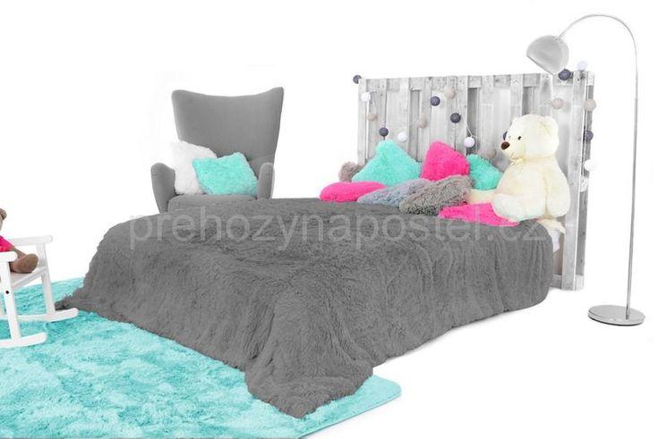 Tmavě šedá chlupatá deka na postel
