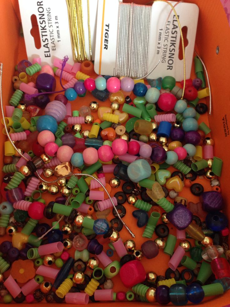 Lav dine egne perlekæder. Perler i alverdens former. Hvis du er ved at løbe tør kan du klippe sugerør i mindre bidder. Kun fantasien sætter begrænsningen.