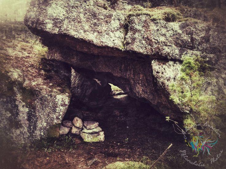ILMUSMÄEN LUOLAT Oivallinen alue kokea luolaseikkailuja esimerkiksi perheen kanssa on Salossa sijaitsevat Ilmusmäen luolat, kallioiden päältä löytyy myös muinaishauta, suuri kiviröykkiö, sekä pirunpelto. Luolat ovat hyvin vaihtelevan kokoisia pienistä kallionkoloista pitkiin ja pimeisiin luolastoihin. Taskulamppu on suositeltavaa ottaa mukaan sekä vaatteet jotka saavat liikaantua. http://www.naejakoe.fi/luontojaulkoilu/ilmusmaen-luolat/