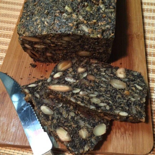 健康パン!グルテンフリー!黒ごまパン 小麦粉も砂糖も使わずすぐにできるので簡単です♪ダイエット中とアレルギーの方も安心して食べれますょ☆ 材料 アーモンド 100g ひまわりの種 100g 白ゴマ 100g 黒ゴマ 100g すりごま(黒) 100g ポッピーシード 100g フラックスシード 100g 卵 5個 塩 小さじ半分 オリーブオイル(サラダ油) 100cc