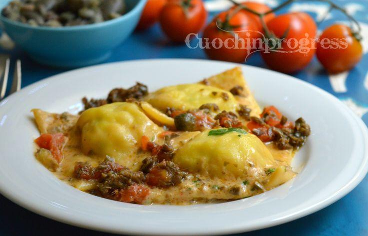 I ravioli di baccalà e patate con salsa alla puttanesca sono un ottimo primo piatto per un pranzo o una cena importante o per il menù di un giorno di festa.