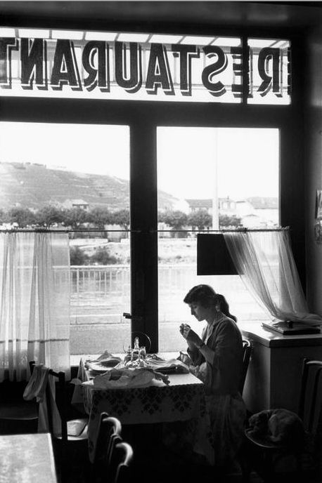 """Cartier-Bresson comprendió la capacidad única de la fotografía para """"capturar el tiempo, suspenderlo y mantenerlo vigente de forma indefinida."""" Ardèche France 1959"""