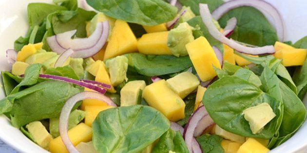 Den lækreste spinatsalat med mango, avocado og rødløg samt en fuldstændig forrygende mangodressing, der giver et ekstra smagsløft til salaten.