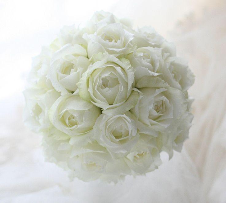白だけのラウンドブーケ 浦安ブライトンホテルさまへ : 一会 ウエディングの花
