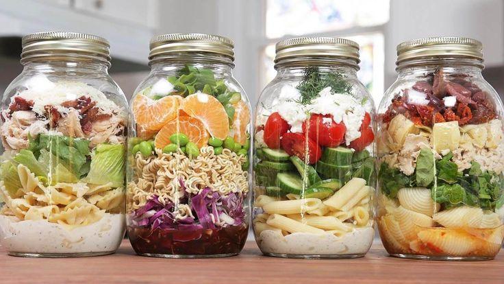 Perfektní tipy na jídlo ze sklenice, které máte připravené za pár minut a máte ho po ruce vždy, když potřebujete. Vše, co musíte udělat je připravit si čistou sklenici, pár přísad, vše navrstvit na sebe do sklenice a když budete mít chuť na skvělý sálat, jednoduše sklenicí zatřesete (aby se zálivka dostala ke všem přísadám) …
