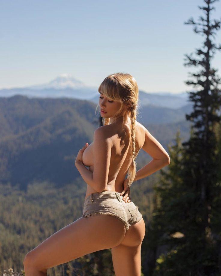 Модель отправилась в турпоход и делает пикантные снимки на лоне природы