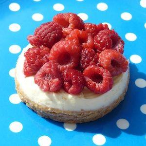 Een heerlijk luxe taartje met verse vruchten! Geen tijd om zelf de bodem te bakken? Ze zijn ook prima te maken op ronde zandkoekjes uit de winkel. http://dekinderkookshop.nl/recipe-items/mini-frambozentaartjes/