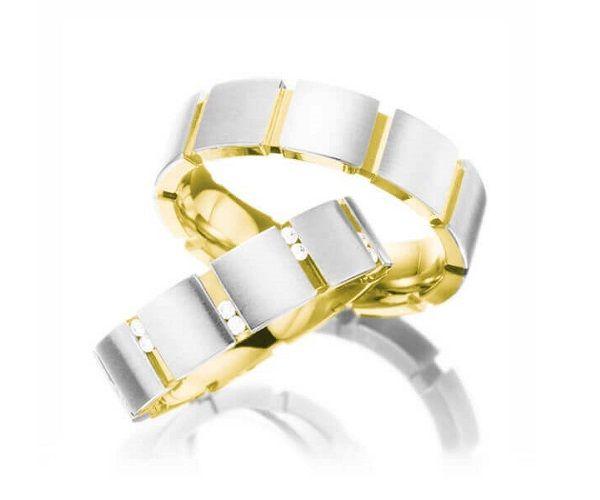 Alliances de mariage, 2 or 18 cts, pavée de 20 brillants de 0.2 ct pour le modèle féminin.