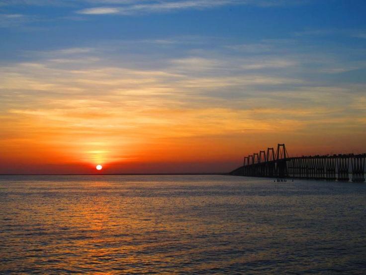 Atardecer en el Lago de Maracaibo, a la derecha el Puente ...