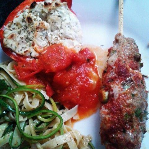 Paprika gevuld met ricotta pasta met pasta van courgette, tomatensaus en lamsgehakt met kruiden op een stokje.