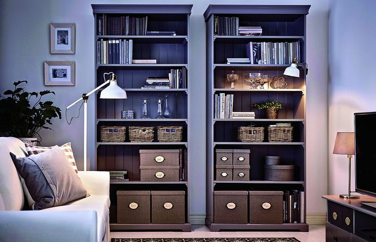 W prezentowanym wnętrzu salonu regały Liatorp (IKEA) były inspiracją przy wyborze kolorów wnętrza i stylu aranżacji. Gama jasnych szarości z palety Harmonia i nieco ciemniejszych wniosła nastrój powagi i spokoju do salonu. Czy nie wydaje ci się, że nawet białą kanapę spowija szara mgiełka? Tradycyjna forma bibliotek zwieńczonych gzymsem idealnie pasuje do stonowanej elegancji pomieszczenia. W miarę przybywania książek można dostawiać kolejne regały, dopóki starczy na nie miejsca. Półki są…