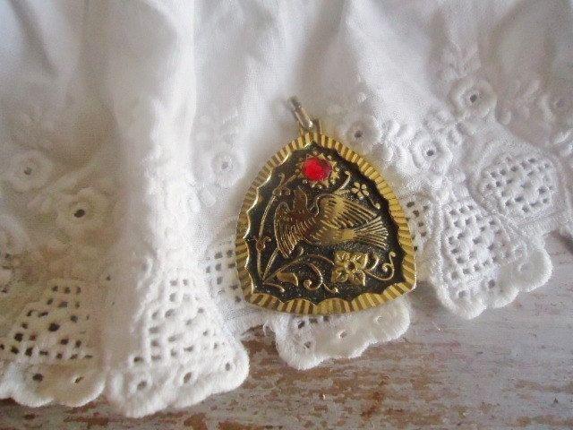 """Pendentif vintage """"Colombe""""   ,pendentif  gravé , de la boutique FrenchTouchSoChic sur Etsy"""