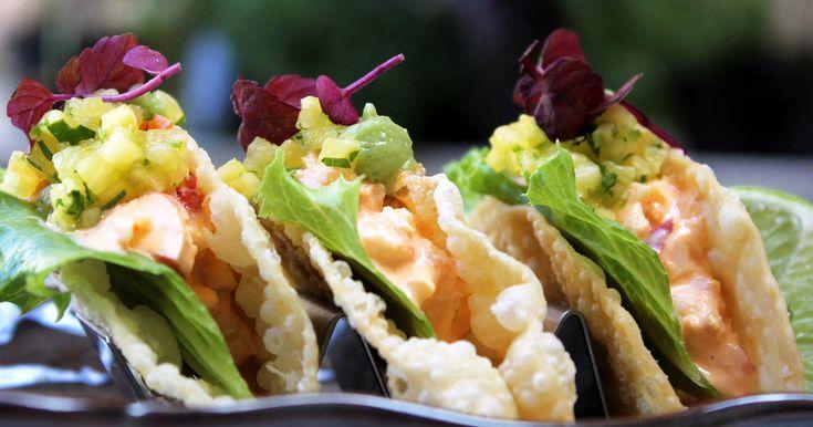 Lyxiga tacos med hummerkött smaksatt med yuzu, en kräm på avokado och wasabi, koriander, ananas och lime.