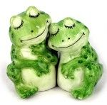 picture of two frogs hugging | Russian Doll Salt & Pepper Shakers Set | review | Kaboodle