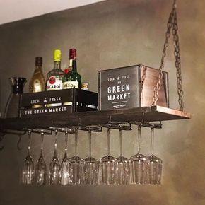 Så snyggt med vinglashyllan och väggen med kalkfärg! Jag måste nog också göra en snygg plats i vårt kök för alla fina flaskor som nu göms undan i ett skåp i onödan! Tack för inspiration @malinbur #takhylla #hängandehylla #plåthylla #hyllaförvinglas #förvaringshylla #vinglashylla #kökshylla #barhylla #kalkfärg #ladyminerals #inredning #gårdsbutik #webshop #inspohome #Bergom #Matfors #Sundsvall #industristil #rustik #industriellinterior #rustikahem