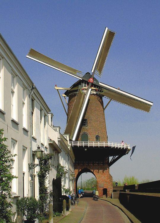 molen Rijn en Lek te Wijk bij Duurtsede. Stellingmolen. Ronde korenmolen. gebouwd 1659 / 1730c; onderbouw 14e eeuw.