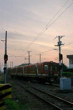 列車は発車していった。桃色に染まった空の下、小さなテールライトが流れるように遠くに消えてゆく。2004/11 鮎川駅 日立電鉄常北太田行(2000形)© 2010 風旅記(M.M.) 風旅記以外への転載はできません...