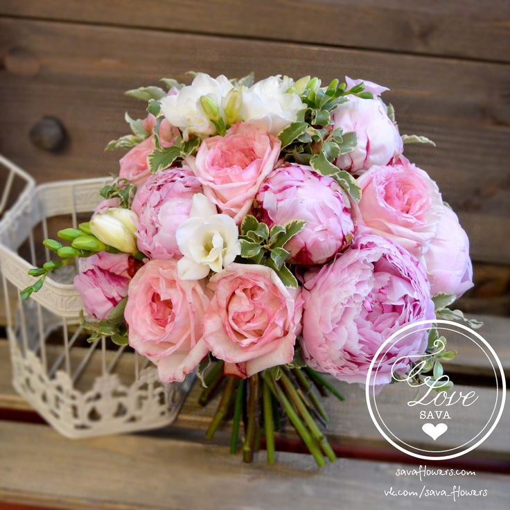 Pink peonies wedding bouquet Свадебный букет невесты из розовых пионов и садовой пионовидной розы от мастерской SaVaFlowers #pink #beige #wedding #bouquet