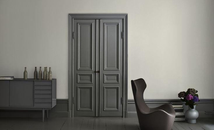 Alcro duva på väggen, rökgrå på dörrarna