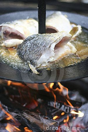 Fish cooking on open fire pokrywka od garnka?