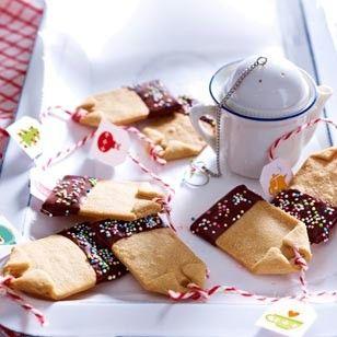 Das kleinen Anhänger verschönern Kekse in Teebeutel-Form. Das Backrezept finden Sie im Bookazine