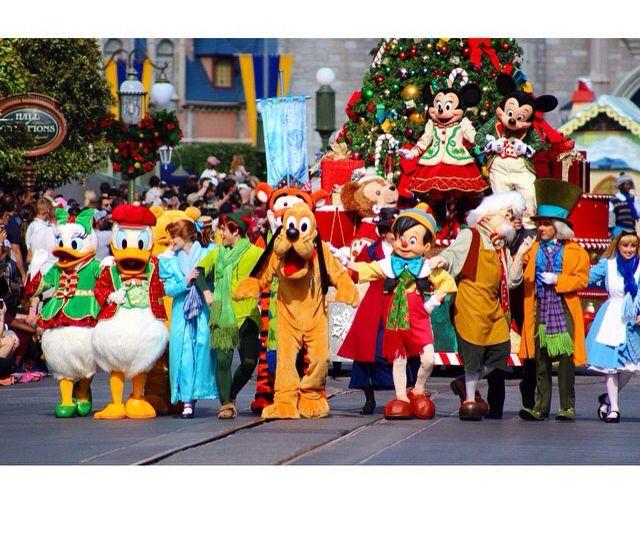 Merry Christmas! #pinnochio #donald #peterpan #wendy #aliceinwonderland #mickey #minnie #cm #princess #dreamjob #wdw #mickeysonceuponachristmastime #float #parade #disney #costumes #lights #xmas #christmas #disneyworld #magickingdom  Pc: Instagram @realwdwprincess