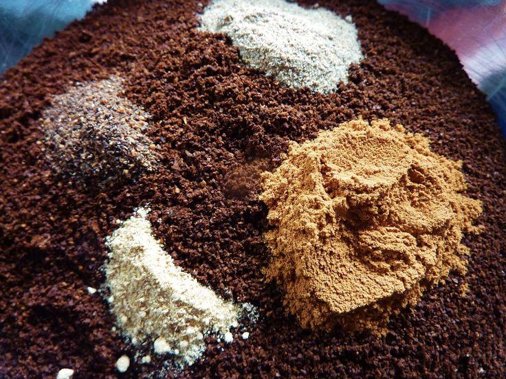 DE GULLE AARDE: chai koffie en een W.I.P.  Je kunt het heel simpel zelf maken door (ongeveer) -75 gram koffie, snelfiltermaling -1 dikke theelepel gemalen kaneel -1/2 theelepel kardemompoeder -1/4 theelepel nootmuskaatpoeder -1/8 theelepel gemberpoeder door elkaar te schudden.