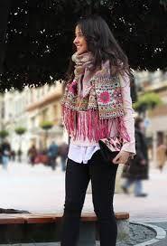 La pashmina es un tipo de lana de Cachemira que, por extensión, acabó dando nombre a las prendas textiles que se confeccionaban con ella y, al final, y como ocurre con tantas cosas de uso diario, califica a todos los pañuelos de ese tipo sean de lana o de seda.