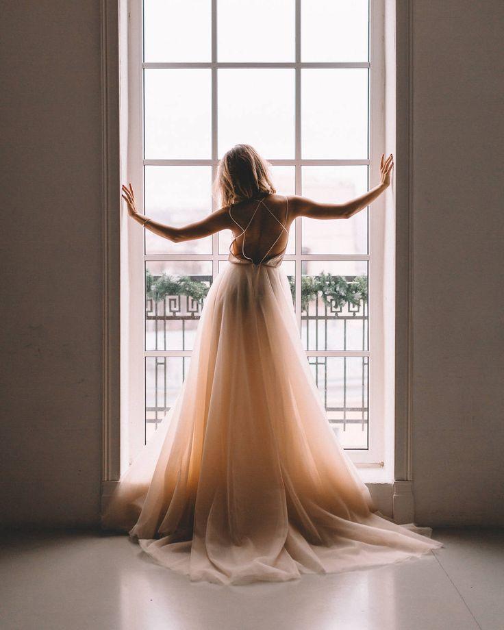 """Самые популярные платья 2018! Это оригинальное пудровое свадебное платье с открытой спиной и фатиновой юбкой от Boom Blush напоминает по силуэту свадебные платья 2018 от ZUHAIR MURAD (Зухаир Мурад), Galia Lahav (Галя Лахав), Elie Saab (Эли Сааб), Inbal Dror (Инбаль Дрор), Berta Bridal (Берта Бридал) и представлено эксклюзивно в салоне """"Фата и Перья""""."""