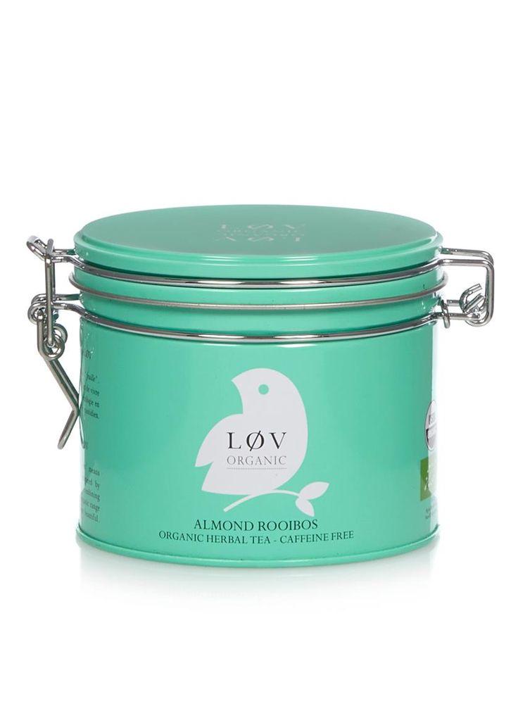 Biologische en cafeïnevrije thee van Løv Organic in een decoratief opbergblikje. De thee is een losse mix van rooibos thee met biologische amandelen en natuurlijke smaakstoffen. De thee kan het beste geschonken worden op 90 graden en heeft ongeveer 4 tot 5 minuten nodig om optimaal op smaak te kunnen komen.