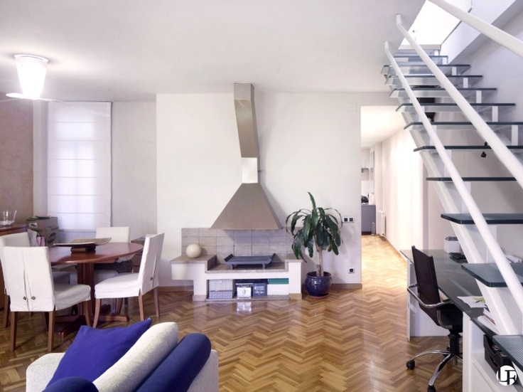 Appartement duplex à la fois spacieux et lumineux dans le district de l' Eixample Dret, dans le centre ville de Barcelone, avec terrasse et parking.