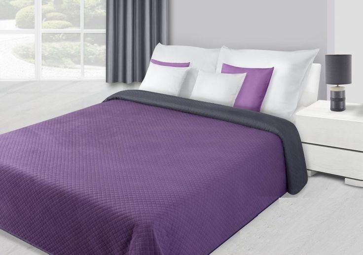Přehoz na postel fialové barvy se čtvercovým prošíváním