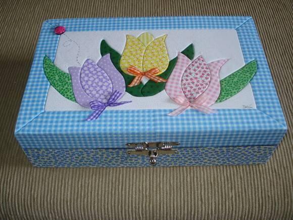 Porta jóias em mdf com fecho cromado, interior acamurcado com divisórias, produzido a técnica de patchwork embutido em tecido 100% algodao. R$ 60,00