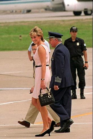 #FashionHistory se cumplen 15 años de la muerte de Lady Di y el bolso Lady de Dior con motivo cannage permanece un icono. Fue nombrado en su honor en 1996 tras haber sido un regalo de Madame Chirac en una visita a Francia