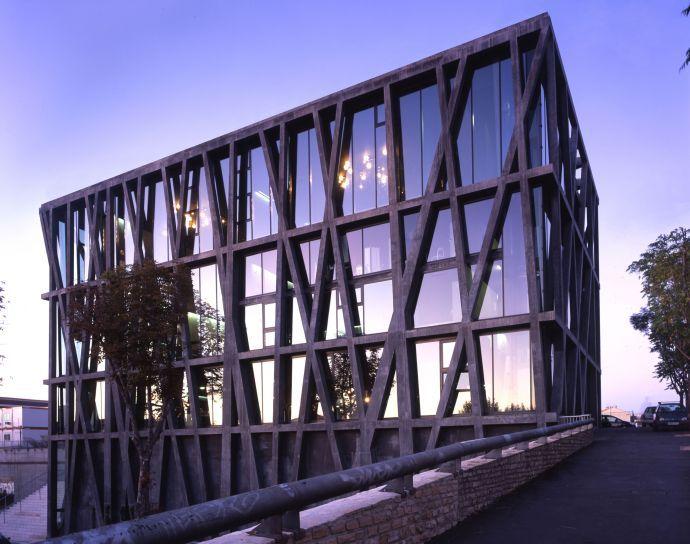 Le Pavillon noir, Centre chorégraphique national, Aix-en-Provence (1999-2004) de Rudy Ricciotti, figure hors normes de l'architecture française. Ce beau bâtiment en béton se détache du tissu urbain comme un diamant brut et noir – on le sent amoureusement lumineux en dessous d'un tissu de verre. On sait qu'il abrite les studios de danse et la salle de spectacle dans le sous-sol pour le chorégraphe Angelin Preljocaj et ses danseurs.