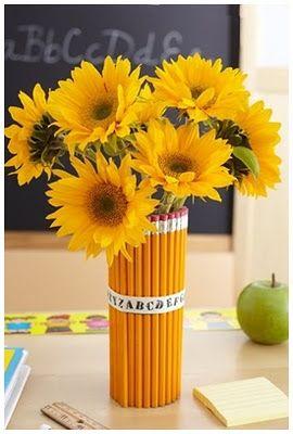 Vaso de flores decorado com lápis