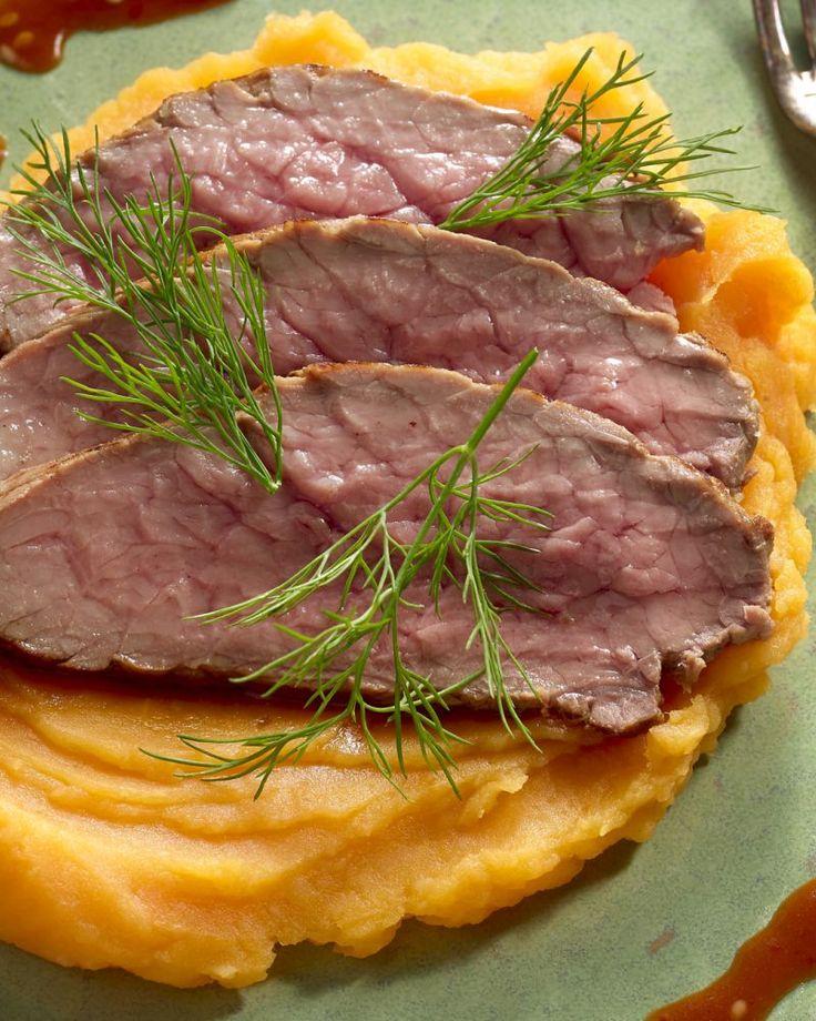 Zoete aardappelen zijn ook perfect om een heerlijke puree mee te maken. Serveer er sappige plakjes rosbief bij en een sesamsausje. Origineel en lekker!