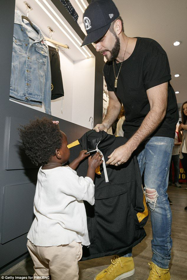 Caps for sale: Thomas Rhett, 27, and his one-year-old daughter Willa Gray were snapped at ...