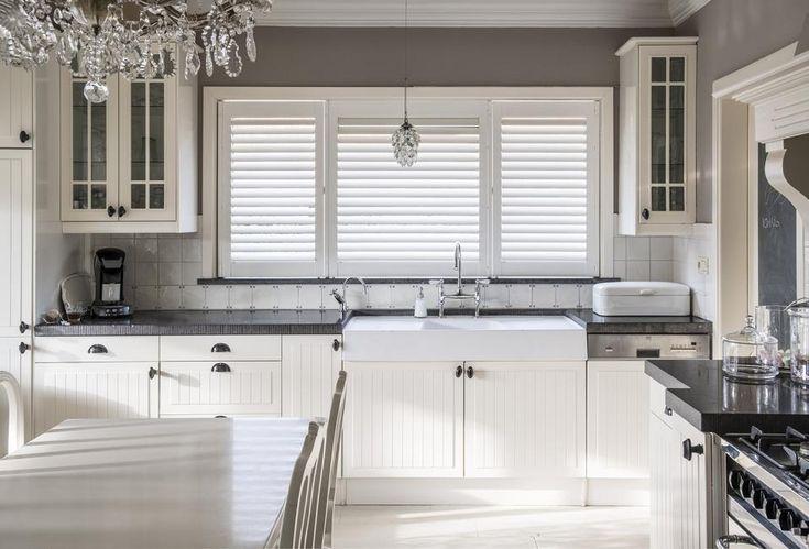 Breng leven in de keuken met shutters en houten jaloezieënLekker kokkerellen, genieten van een heerlijk diner en goed gezelschap… In de keuken, daar lééf je. Met shutters of houten jaloezieën zorg je in de keuken voor een ongedwongen atmosfeer. Dankzij hun compromisloze kwaliteit zijn JASNO shutters en houten jaloezieën (blinds) de ideale raambekleding voor in de keuken.