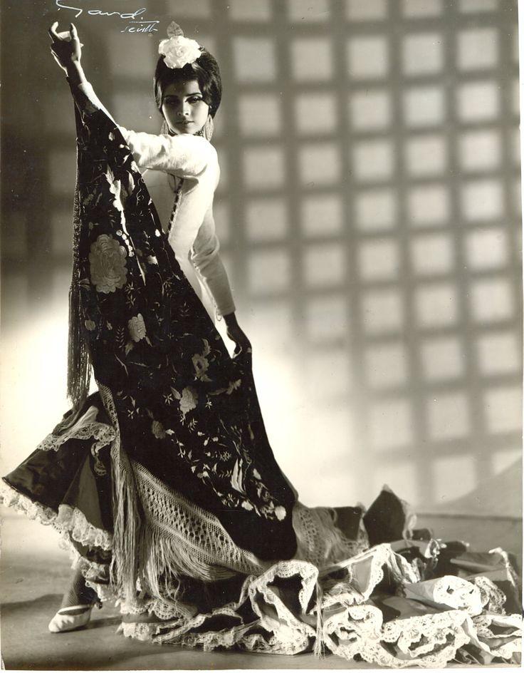 Bailaora de #Flamenco con #batadecola de Lina #sevilla.