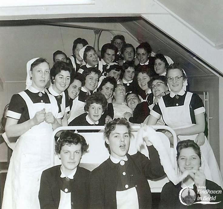 St. Joseph ziekenhuis. Er moesten lessen gevolgd worden zoals op deze foto in EHBO. Hiervoor ging men naar de zolder waar op een pop in bed geoefend kon worden. Beneden waren leslokalen waar de verpleegkundigen van de specialisten les kregen.