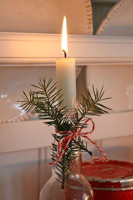 Sprigs of evergreens, baker's twine, and a candle placed into a recycled wine bottle. Do put something under the bottle to catch any candle drips. VIBEKE DESIGN. Julebord flaskene...