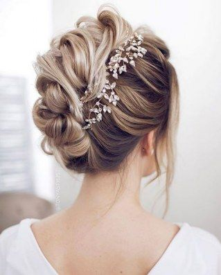 Seid ihr auf der Suche nach einer bezaubernden Frisur für den großen Tag? Wir zeigen euch die schönsten Brautfrisuren 2018! Von...