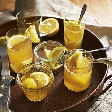 Välj en riktigt god äppelcider eller äppelmust till den här värmande drinken med smak av citron, honung och whisky. Låt en rejäl mängd malen ingefära gå med i koket, så får äppeltoddyn en skön hetta i eftersmaken. Byt whisky mot citronte för en alkoholfri toddy.