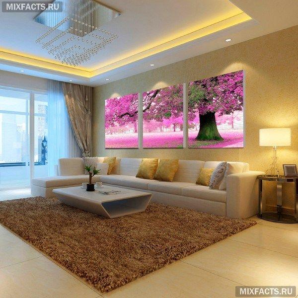 Модульные картины в интерьере гостиной над диваном