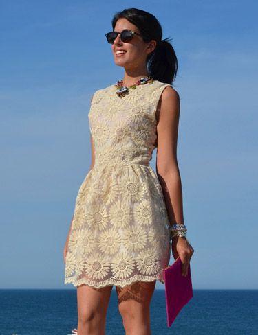 Silvia Navarro de 1Sillaparamibolso con vestido corto de tul y margaritas de PepaLoves.
