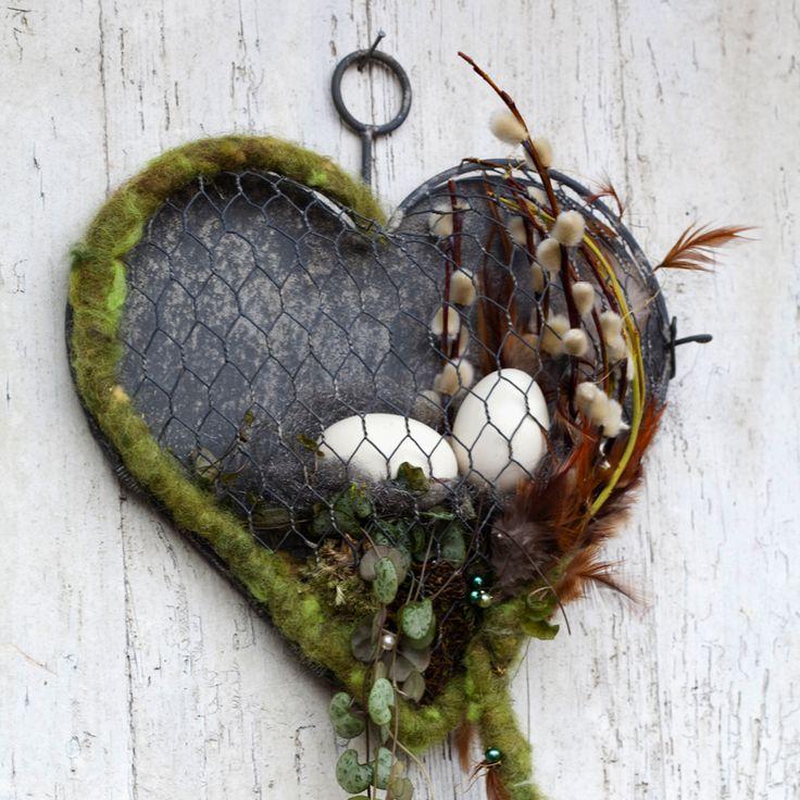 Dieses hübsche Herz aus Maschendraht und dem flachen Blechwandrücken ist aufklappbar und lässt sich immer wieder neu befüllen. Ob mit saisonalen Pflanzen, Früchten, Nüssen, kleinen Pflanzen oder einfach nur mit Moos, es gibt unendlich...
