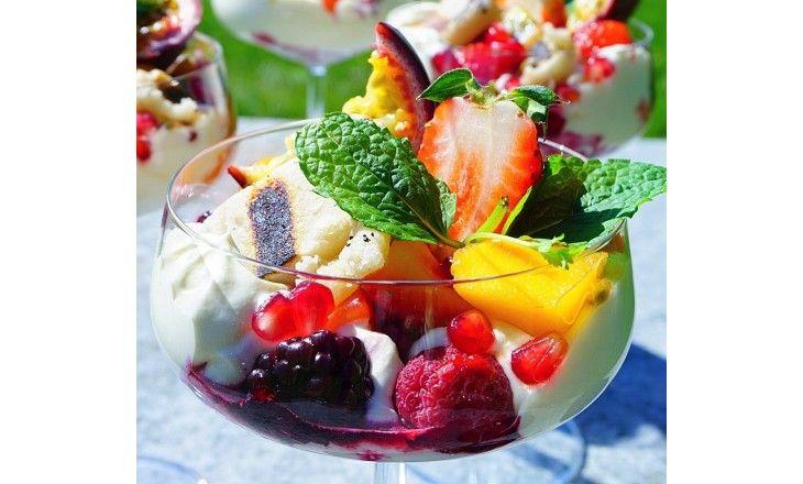 En riktig sommardröm med grillad mandelmassa, vaniljvisp och marinerad frukt med lime & mynta.