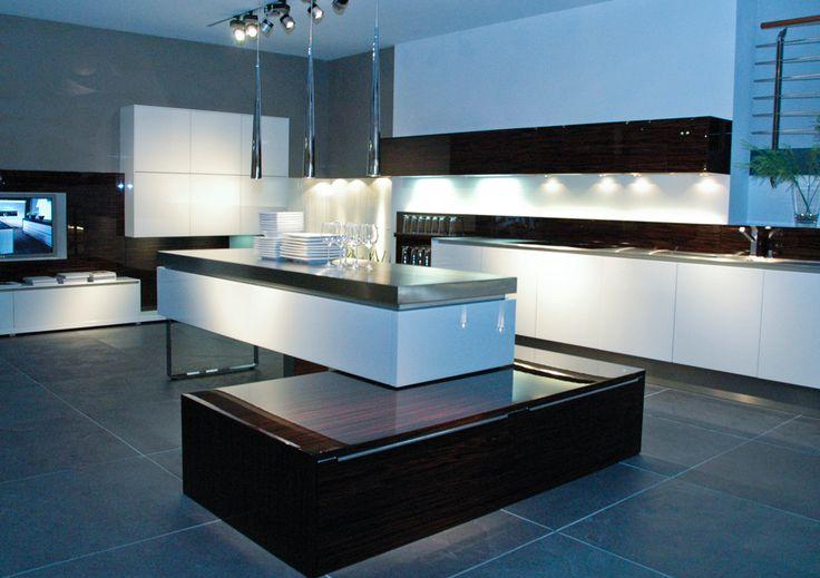 Moderne keuken met witte keukenkasten en sfeerverlichting. De verlichting zorgt voor het sfeergevoel en meer warmte.